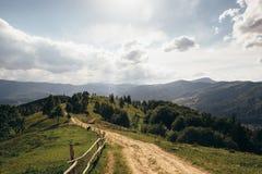 Straße, die zu die Spitze des Berges führt Stockbild