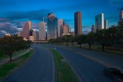 Straße, die zu Stadtwolkenkratzer führt Lizenzfreie Stockbilder