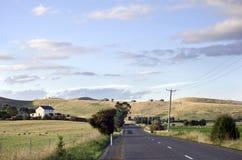 Straße durch Ackerland, Kohle River Valley, Tasmanien Lizenzfreies Stockbild