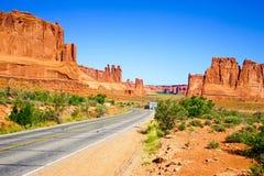 Straße durch berühmter Bogen-Nationalpark, Utah, USA stockbild