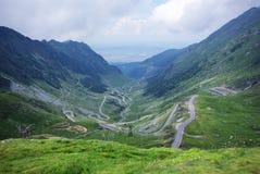Straße durch Berge Stockfotografie