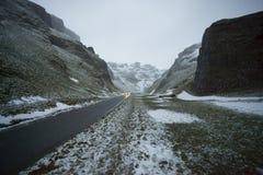 Straße durch Berge Stockbilder