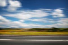 Straße durch das gelbe Sonnenblumenfeld Lizenzfreie Stockfotografie