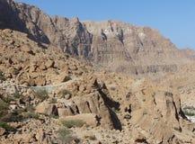 Straße durch das Tal von Wadi Tiwi, Oman lizenzfreie stockfotos