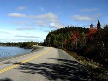 Straße durch das Ufer stockfotos