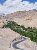 Straße durch die Berge in Leh Ladakh, Indien Lizenzfreie Stockbilder