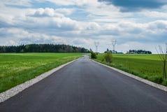 Straße durch die Felder Stockfotografie