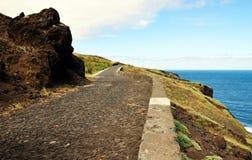 Straße durch die Klippe und den Ozean Lizenzfreies Stockfoto