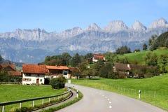 Straße durch die Landschaft in der Schweiz Stockbild