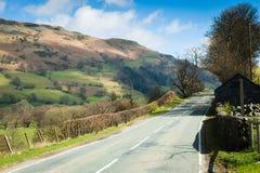 Straße durch die Nord-Wales-Landschaft Lizenzfreie Stockbilder