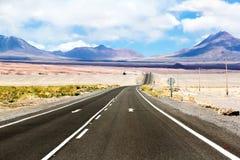 Straße durch die Wüste Stockfotos