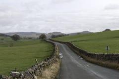 Straße durch die Yorkshire-Täler Stockfotografie