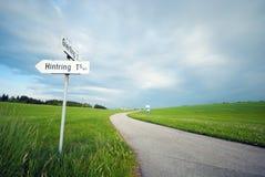 Straße durch Feld Lizenzfreies Stockfoto