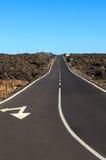 Straße durch felsige Wüste Stockfotografie