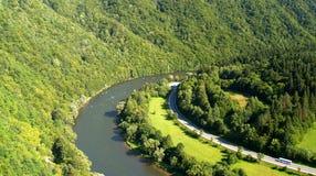 Straße durch Fluss im grünen Wald Lizenzfreies Stockbild