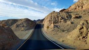 Straße durch Hügel Lizenzfreie Stockfotos