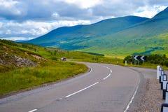 Straße durch Hochländer, in Schottland Vereinigtes Königreich Lizenzfreies Stockfoto