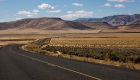 Straße durch hohe Wüste von Ost-Oregon lizenzfreies stockbild