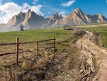 Straße durch ländliche Felder im Berggebiet Stockfoto