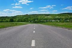 Straße durch Landschaft Stockbilder