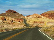 Straße durch Mojave stockbild
