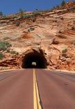Straße durch rote Schlucht in Dixie National Forest Utah lizenzfreies stockbild