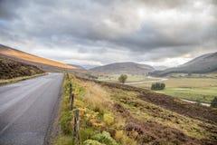 Straße durch schöne Landschaft des Nationalparks der Rauchtquarze herein Stockbilder