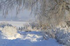 Straße durch Schneeantriebe Stockfoto