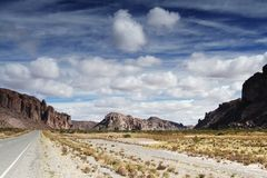 Straße durch Wüste. Stockfotografie