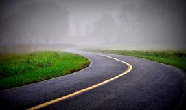 Straße in einem Nebel stockfoto