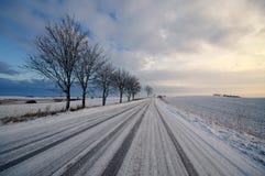 Straße in einer Landschaft am sonnigen Wintertag Klassischer Schnee Lizenzfreies Stockfoto