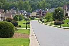 Straße in einer modernen Nachbarschaft Stockfoto