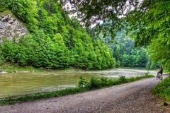Straße entlang dem Dunajec-Fluss in Nationalpark Pieniny in Süd-Polen stockfoto