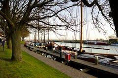Straße entlang dem Pier in der alten Stadt von den Niederlanden lizenzfreie stockbilder