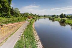 Straße entlang dem Weser-Fluss nahe Hoxter Lizenzfreie Stockfotos