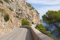 Straße entlang den Felsen Stockfoto