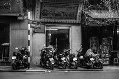Straße fährt schwarzes Weiß der Motorräder rad stockfoto