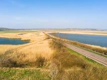 Straße führt in den Abstand zwischen zwei Seen stockfotos