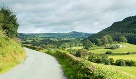 Straße führt, um im Waliser-Tal zu überholen Stockbild