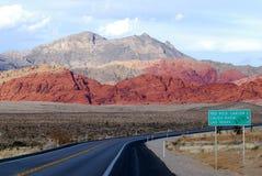 Straße führt zu Las Vegas stockfotografie