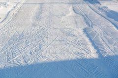 Straße für den Skifahrer Spuren von den Skis Stockbild