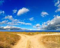 Straße gegen den Himmel Stockbild