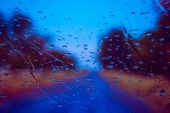 Straße gesehen durch Wassertropfen Stockfotografie