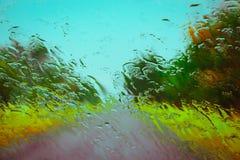 Straße gesehen durch Wassertropfen Lizenzfreies Stockfoto