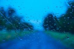 Straße gesehen durch Wassertropfen Lizenzfreie Stockbilder