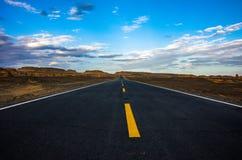 Straße in Gobi-Wüste Stockfotografie