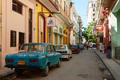 Straße in Havana mit Weinleseautos Lizenzfreies Stockfoto