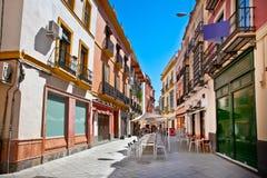 Straße im alten Teil von Sevilla-Stadt am Sommertag, Spanien. Lizenzfreie Stockbilder