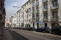 Straße im alten Viertel von Lissabon Lizenzfreie Stockfotografie