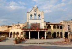Straße im bunten mexikanischen Dorf stockbilder